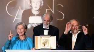 Emmanuelle Riva, Michael Haneke et Jean-Louis Trintignant avec leur Palme d'or du 65e Festival de Cannes.