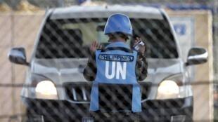 Funcionário filipino da ONU orienta um motorista na fronteira entre a Síria e Israel