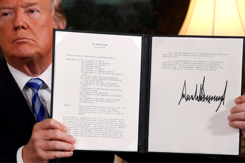 Tổng thống Mỹ Donald Trump và bản tuyên bố ý định rút khỏi hiệp định nguyên tử Iran (JCPOA) ký tại Nhà Trắng ngày 08/05/2018.