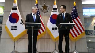 Bộ trưởng Quốc Phòng Mỹ James Mattis (T) và đồng nhiệm Hàn Quốc, Song Young-moo trong buổi họp báo chung tại Seoul ngày 28/06/2018.