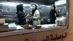 Rabah, Rana e Felwa trabalham em seu food truck à noite