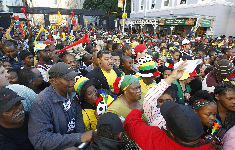 Không khí tại Thành phố Capetown ngày 10/6/2010 rất sôi động với đám đông người ủng hộ đội tuyển quốc gia Nam Phi