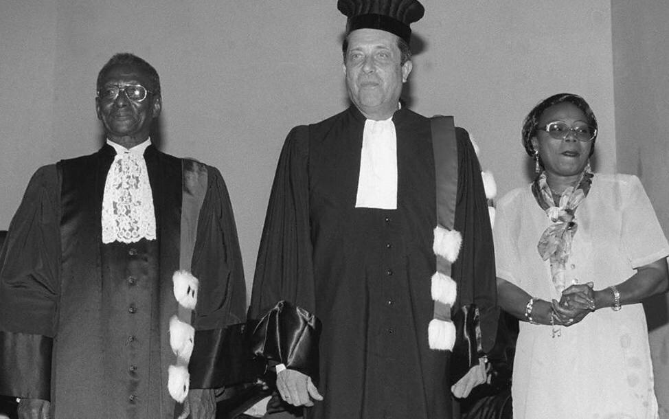 A gauche, Cheikh Anta Diop remettant un prix à l'Université de Dakar.