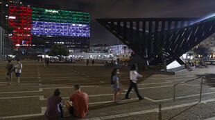 El ayuntamiento de la ciudad costera israelí de Tel Aviv se ilumina con los colores de la bandera nacional de los Emiratos Árabes Unidos el 13 de agosto de 2020