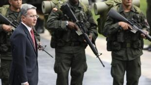 Álvaro Uribe era el presidente de Colombia en el momento de los hechos.