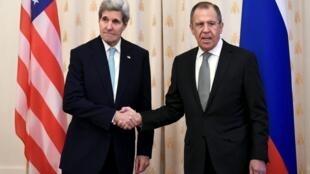 2015年12月15日,美國國務卿克里(左)在莫斯科會晤俄羅斯外長拉夫羅夫。