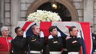 O caixão de Thatcher, após a cerimônia religiosa.