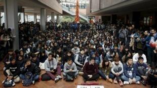 资料图片:2016年1月20日,港大部分学生静坐集会,抗议李国章出任校委会主席。