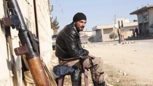 Rebelde sírio observa chegada de rivais do grupo Estado Islâmico na província de Idleb.