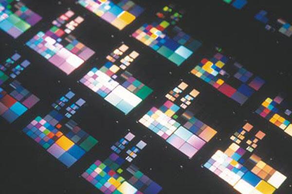 Khuôn silicium để sản xuất chip điện tử bằng công nghệ in nano.
