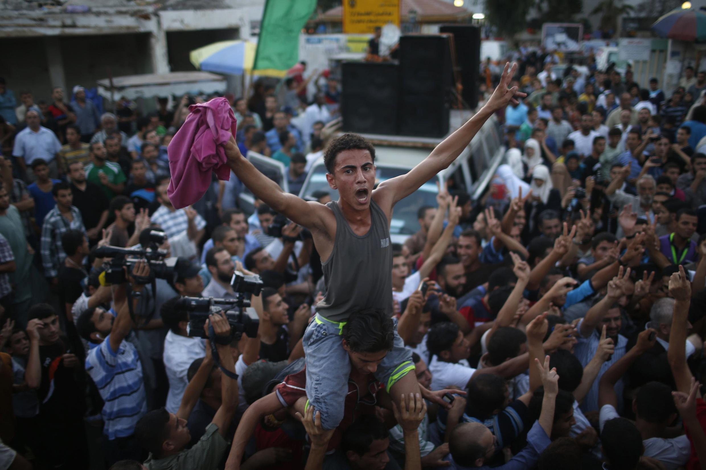 Жители сектора Газа празднуют то, что ХАМАС назвал победой над израильской армией, 26 августа 2014 г.