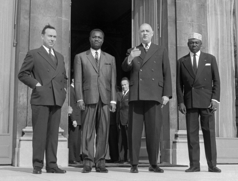 Le premier président du Tchad, François Tombalbaye (deuxième à gauche) avec Charles de Gaulle (deuxième à droite), deux ans après la proclamation de l'indépendance du Tchad, à Paris.