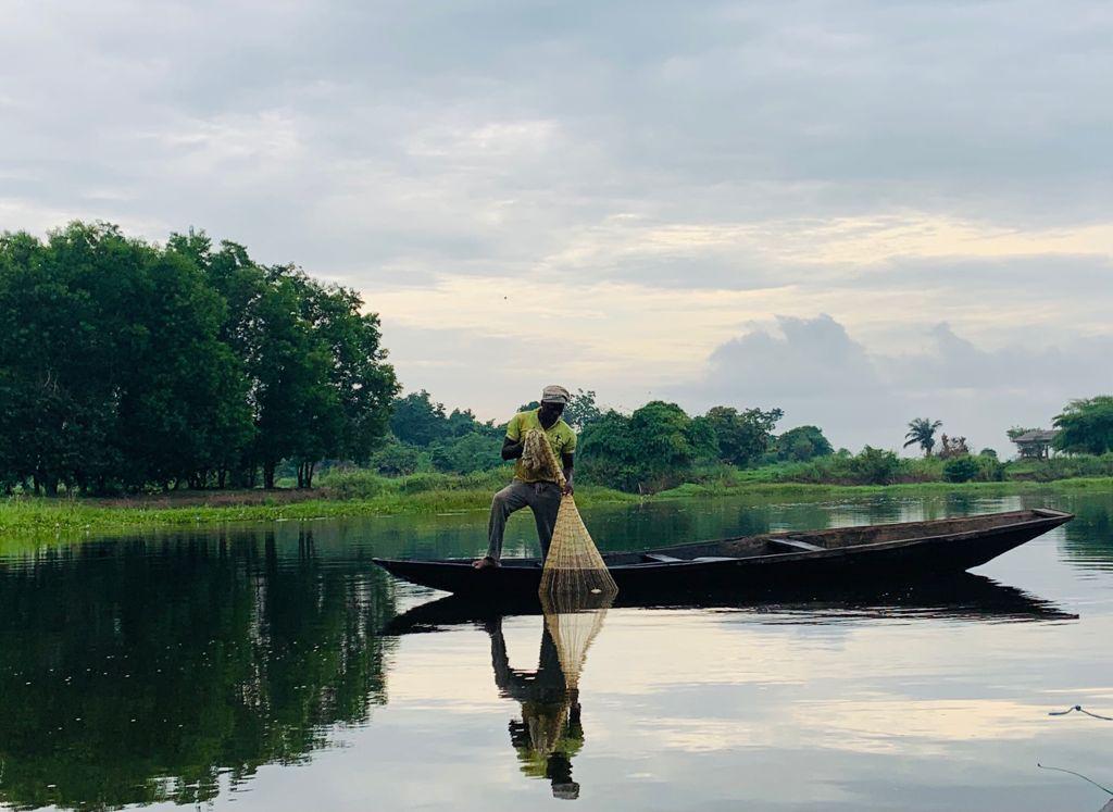 Un pêcheur au Bénin dans une aire protégée, la Réserve naturelle communautaire de la Vallée du Sitatunga