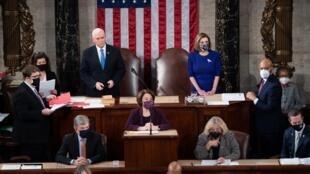 Chù tịch Hạ Viện Nancy Pelosi (P) và phó tổng thống Mike Pence trong cuộc họp của Quốc Hội lưỡng viện xác nhận kết quả bỏ phiếu của đại cử tri bầu Joe Biden làm tổng thống Mỹ, Điện Capitole, Washington DC, Hoa Kỳ, ngày 06/01/2021.