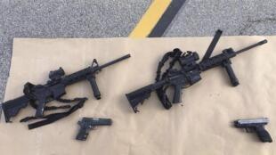 Fuzis semiautomáticos encontrados na causa de autores de tiroteio em San Bernardino, em dezembro de 2015, na Califórnia.