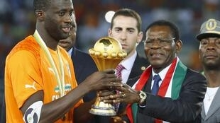 Equatorial Guinea's President Teodoro Obiang Nguema Mbasogo presents Ivory Coast's captain Yaya Toure the trophy, Bata, 8 February 2015.