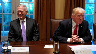 Tổng thống Mỹ Donald Trump (phải) và bộ trưởng Quốc Phòng James Mattis tại Nhà Trắng, Washington, ngày 05/10/2017.