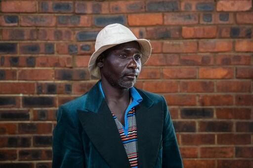 Poronkie, 47 ans, de nationalité zimbabwéenne, pose pour l'AFP dans le bidonville de Katlehong où environ 250 personnes sont hébergées, le 9 septembre 2019.