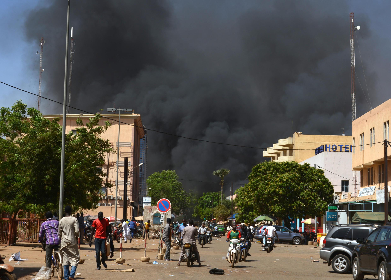 Дым от взрыва в центре столицы Буркина-Фасо Уагадугу. 2 марта 2018 года.