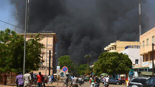 Coluna de fumaça após explosão no centro da capital de Burkina Faso, Uagadugu, nesta sexta-feira (2).