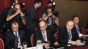 O ministro da Fazenda, Guido Mantega, à direita, se reúne com representantes de países na reunião de cúpula do Mercosul, que acontece nesta terça-feira em Montevidéu.