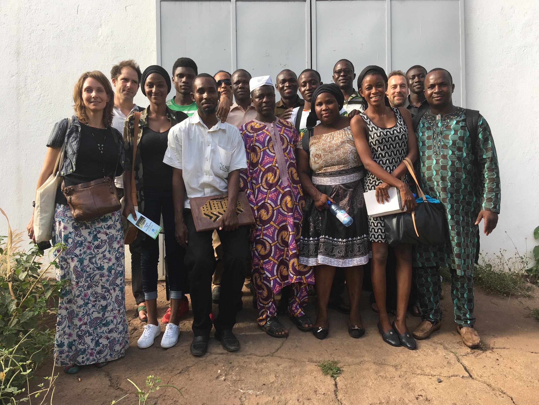 Moussa Traoré (au centre) entouré par les étudiants de MACOTER et leur professeur Ophélie Rillon (à gauche) devant les archives du rail à Bamako.