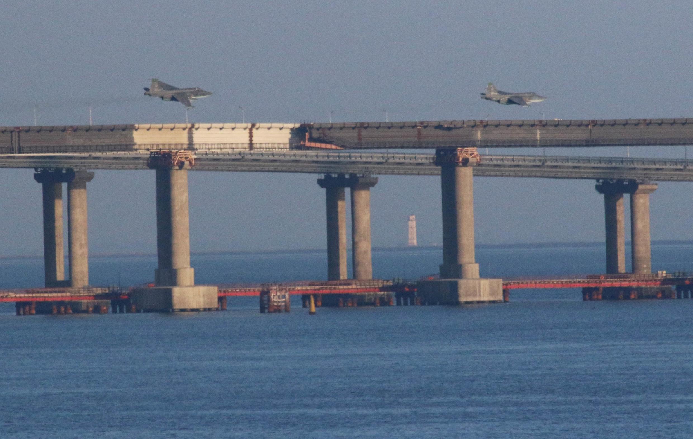 Chiến đấu cơ Nga bay ngang cây cầu nối liền bán đảo Crimée với Nga, sau khi 3 chiến hạm Ukraina bị Nga chặn đường vào biển Azov qua ngã eo biển Kertch, ngày 25/11/2018.