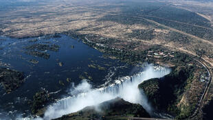 Une vue aérienne du site des chutes Victoria sur le fleuve Zambèze, à la frontière entre la Zambie et le Zimbabwe.