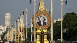 Áp-phích có hình quốc vương Thái Lan trên đường phố Bangkok - Ảnh chụp ngày 17/04/2016.