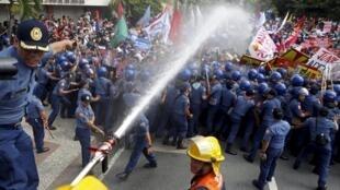 Canhões de água sobre centenas de manifestantes em Manila.