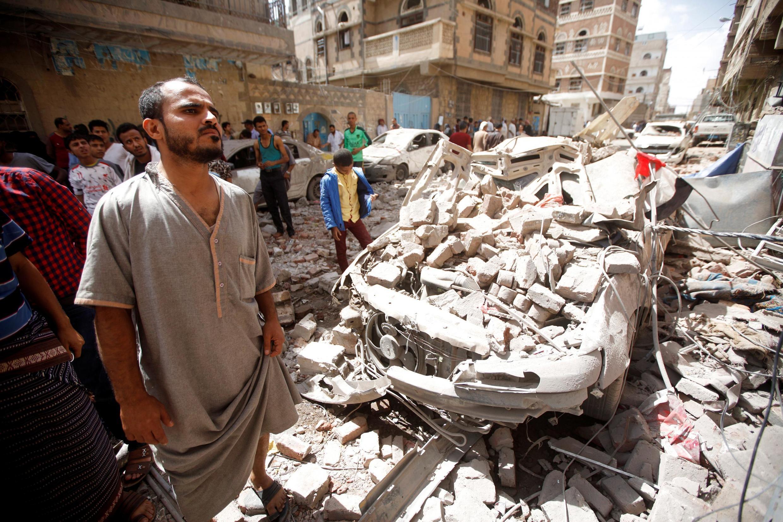 Imagens do conflito no Iémen entre forças pró-governamentais, apoiadas por coligação internacional e xiitas hutis que controlam a capital