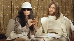 Cố ca sĩ John Lennon và vợ Yoko Ono trong một buổi họp báo năm 1969.