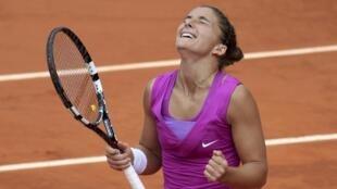A italiana Sara Errani festeja sua vitória na semi-final de Roland-Garros