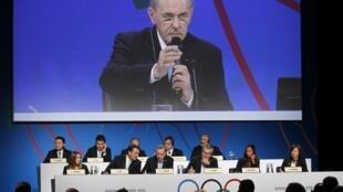 Jacques Rogge, presidente do Comitê Olímpico Internacional, visto em um telão durante  a apresentação da comitiva de Tóquio, em Buenos Aires.