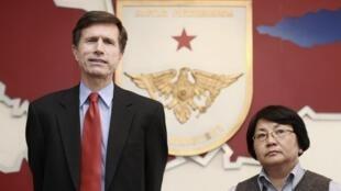 L'émissaire américain Robert Blake et la chef du gouvernement kirghize par intérim Roza Otunbayeva lors de leur conférence de presse commune à Bichkek le 14 avril 2010.