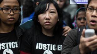 L'ancienne domestique indonésienne Erwiana Sulistyaningsih, juste après la condamnation de son ancienne employeur, le 27 février 2015.