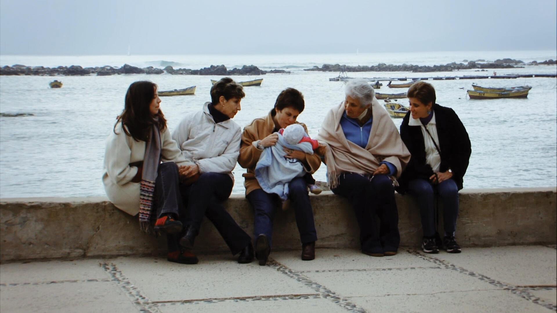 Les femmes de la famille Allende : Marcia, sa mère Isabel fille de Salvado Allende et Hortensia Bussi, Maya fille de Tati, Carmen Paz, fille aînée du couple Allende-Bussi et sa fille Carmen.