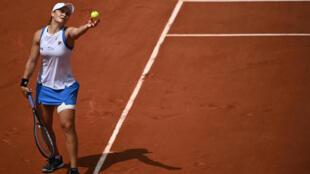 L'Australienne Ashleigh Barty au service contre le Polonaise Magda Linette durant leur match du deuxième tour du tournoi de Roland-Garros 2021, à Paris, le 3 juin 2021.
