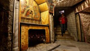 一位游客来到耶稣诞生的伯利恒教堂