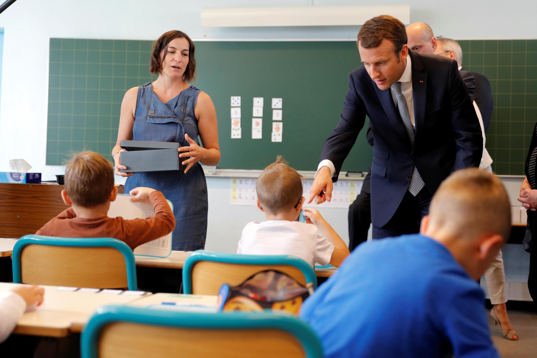 Эмманюэль Макрон в ходе визита школы в Форбаке на востоке Франции по случаю начала нового учебного года, 4 сентября 2017 года