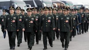 Các đại biểu Quân đội Giải phóng Nhân dân Trung Quốc tới quảng trường Thiên An Môn, ngày 04/03/2012, chuẩn bị dự kỳ họp thường niên của Quốc hội