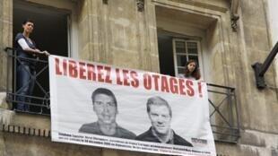 Une banderole déployée au siège de Reporters sans frontières (RSF), le 29 avril 2010, demandant la libération des deux journalistes otages retenus en Afghanistan, Hervé Ghesquière et  Stéphane Taponier