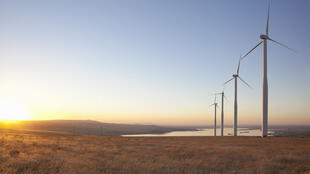 Les éoliennes sont une des énergies renouvelables.