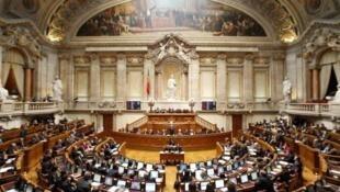 A oposição defende que o pacote de austeridade seja negociado depois das eleições.