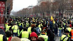 Người Áo Vàng trên đại lộ Champs-Elysées, Paris, Pháp, 15/12/2018.
