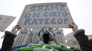 Un militant de la cause environnementale, à Varsovie, le 21 novembre 2013,  en marge de la 19e conférence des Nations unies sur le changement climatique.