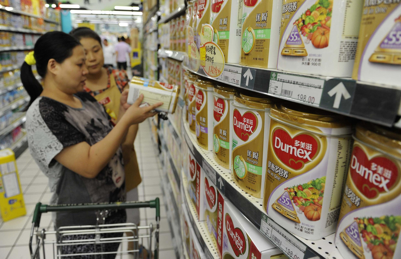 Cliente escolhe marca de leite em pó na cidade de Heifei, na China, nesta segunda-feira, 5 de agosto de 2013; os consumidores estão preocupados com a possibilidade de contaminação do soro de leite exportado pela empresa neozelandesa Fonterra.