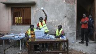 Imagem de Arquivo. Contagem dos votos em Bissau, no dia 24 de Novembro de 2019, durante a primeira volta das presidenciais guineenses.