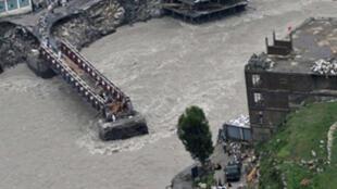 Pontes e estradas estragadas depois das inundações no Paquistão, aqui a cidade de Medain.