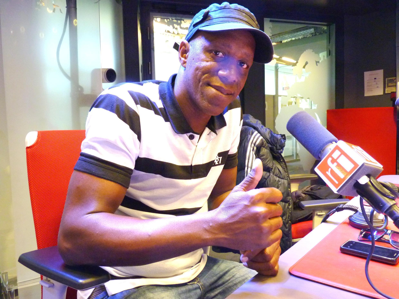 Tony Ávila en los estudios de Radio Francia Internacional